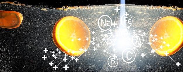 熟した甘いオレンジに水が落ちる。あなたのテキストのためのコピースペースと新鮮なマンダリンの背景。ベジタリアンのコンセプト。