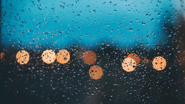 비가 온 후 유리에 물이 떨어집니다.