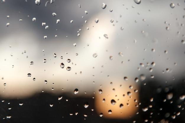 창틀에 물방울이 떨어집니다. 보다 질감이 떨어진다. 자동차 앞유리의 투명한 유리에 빗방울, 빗방울. 투명 한 배경에 삭제합니다. 물 방울과 물 배경입니다. 비가 오는 날씨