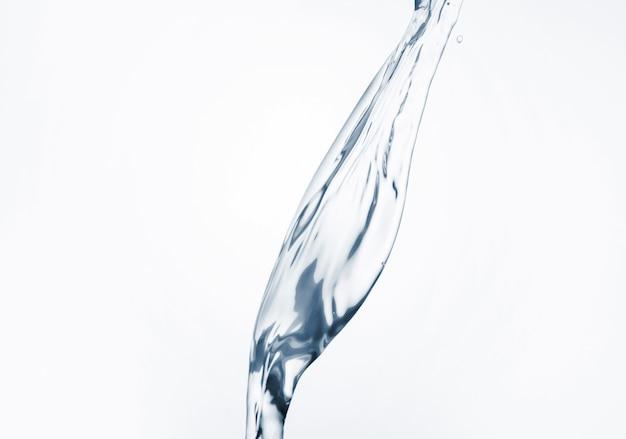白い背景のクローズアップに水の動的