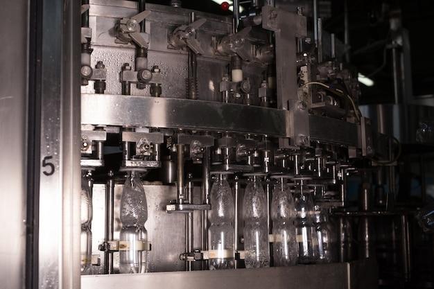 Завод воды - линия розлива воды для обработки и розлива чистой родниковой воды в маленькие бутылки