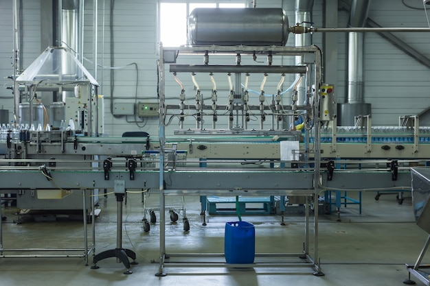 水工場-純粋な湧き水を処理して小さなボトルに瓶詰めするための水瓶詰めライン。