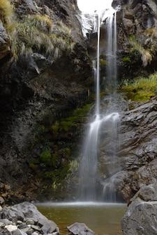 ワンカヨの渓谷の中に水が落ちる