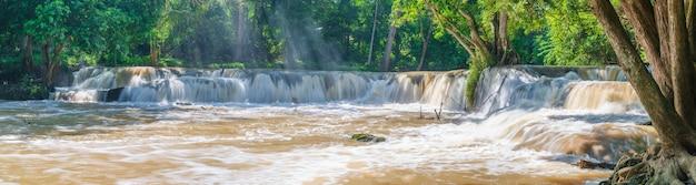Вода падает в тропическом лесу с камнями и деревьями. национальный парк намток чет саоной в таиланде