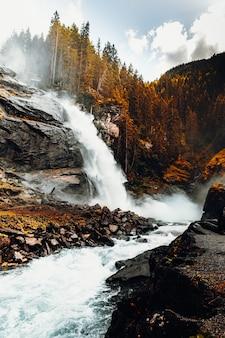 昼間は茶色の岩山に水が落ちる