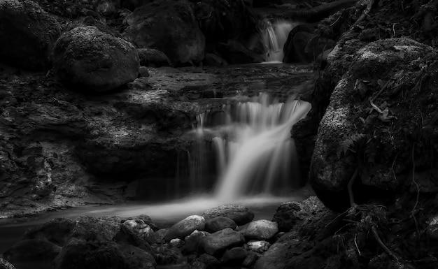 L'acqua cade sulla costa rocciosa durante il giorno