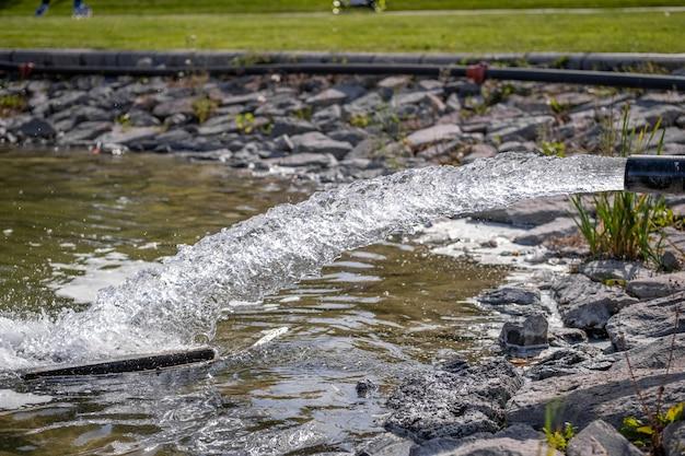 공공 공원에서 금속 파이프에서 흐르는 물