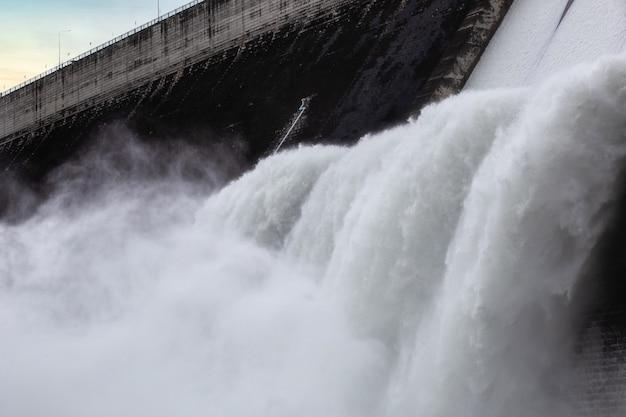 タイ、ナコンナーヨック県クンダーンプラカンチョンのダムの水門の上を流れる水