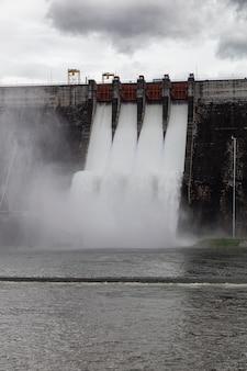 クンダーンプラカンチョンのダムの水門の上を流れる水