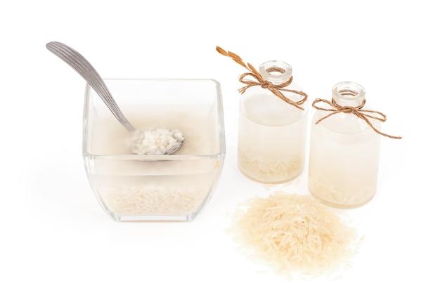 白で隔離された米を洗うことからの水。