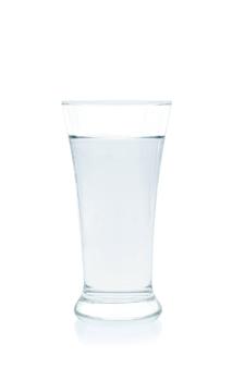 Вода в стакане на белом