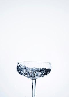 빈 공간을 가진 유리에 물