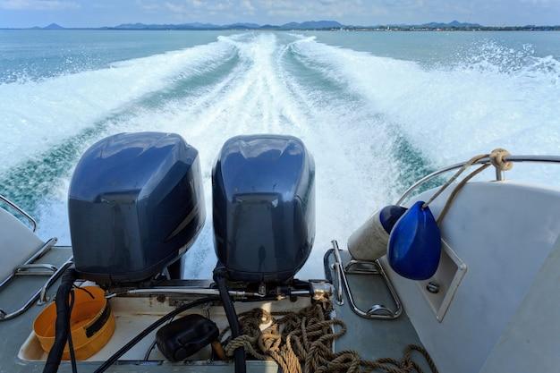 高速ボートの後ろの水