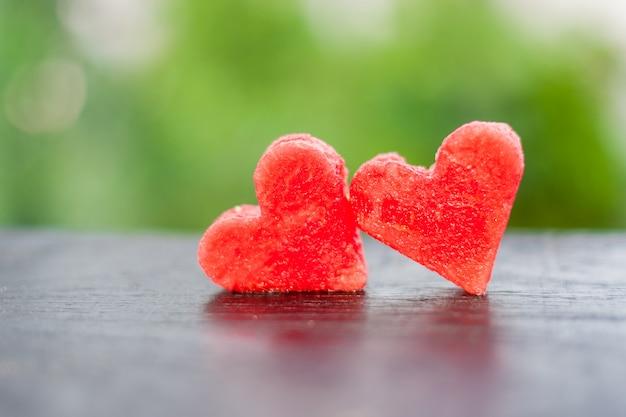 スイカをハート型にカット。愛の概念。バレンタイン・デー