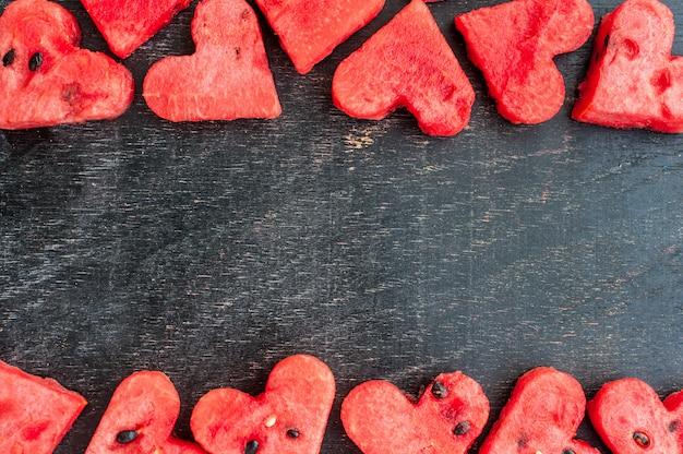 Арбуз нарезать в форме сердца. пространство для текста. концепция любви день святого валентина