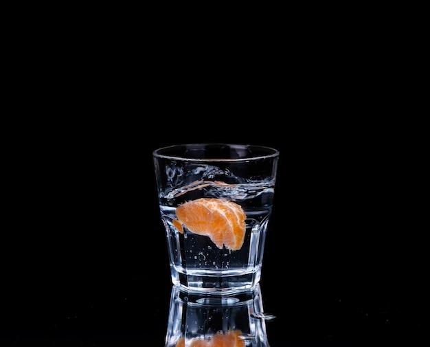 Вода на стакане на темноте