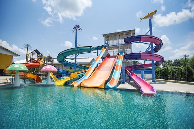 遊園地のプール付きウォーターパークスライド屋外アクアパークのプール付きウォータースライド