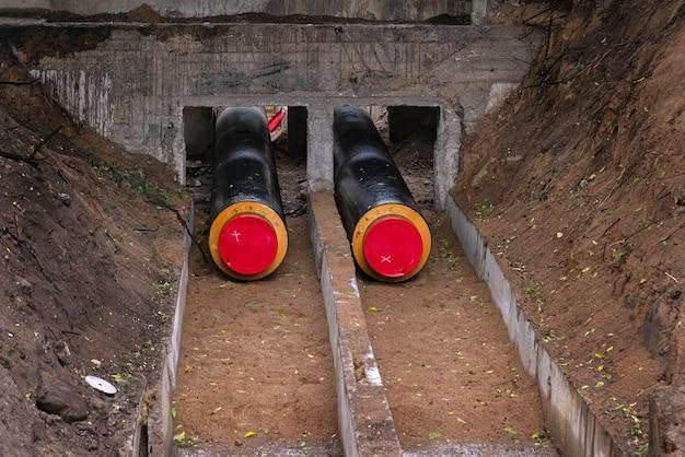 지하 깊숙한 곳에 수도관이 깔려 있습니다.