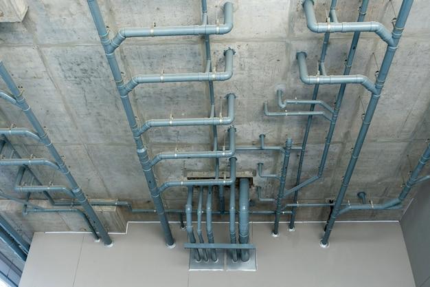 천장에 수도관 시스템.
