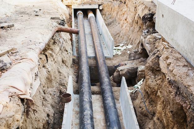 地面に断熱材付きの水道管があります。工事。
