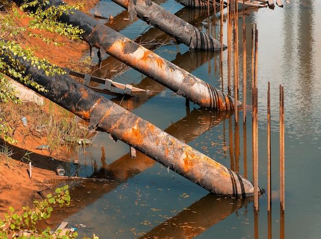 도시 강 배경에서 수질 오염