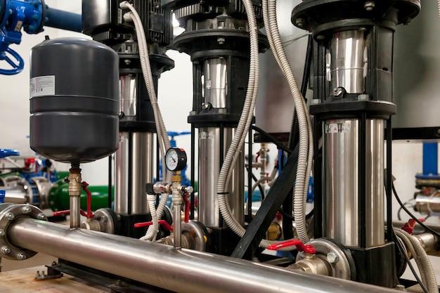 消防作業用の高圧水を供給するための、工業室の水ポンプ場とタンク付きパイプライン。建物内の人々に飲料水を提供するためのスプリンクラーパイプと制御システム