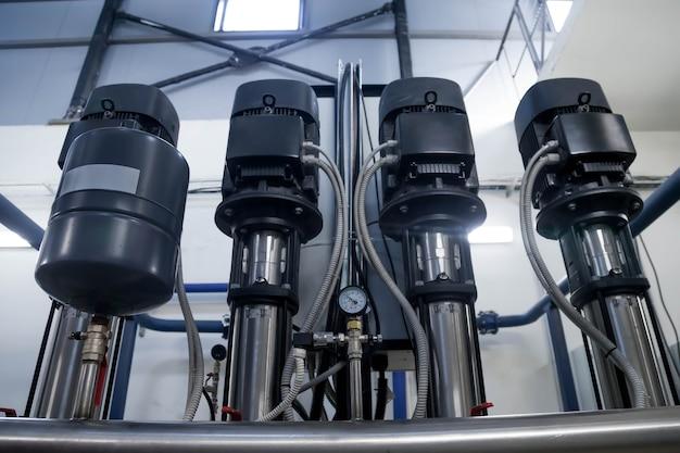 消防作業用の高圧水を供給するための工業室の水ポンプ場とタンク付きパイプライン