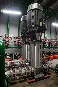 소방 작업을 위해 고압 물을 공급하기 위해 산업 실에 탱크가있는 워터 펌프 스테이션 및 파이프 라인