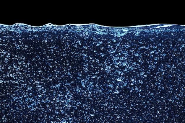검은 배경에 고립 된 수족관에 물 얼룩을 닫습니다.