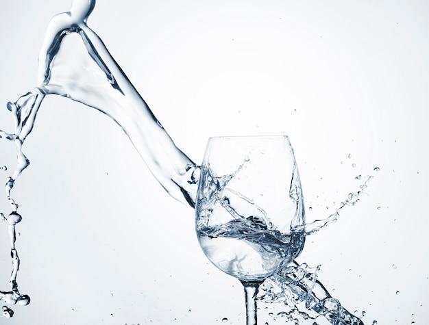 Всплеск воды в прозрачном стекле