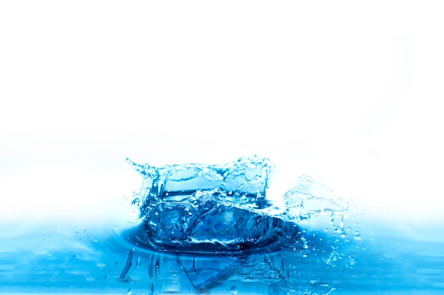水のスプラッシュは、白い背景に 無料写真