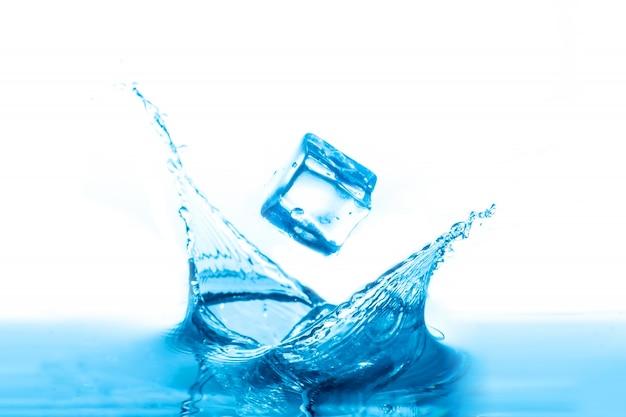 Всплеск воды, изолированных на белом фоне