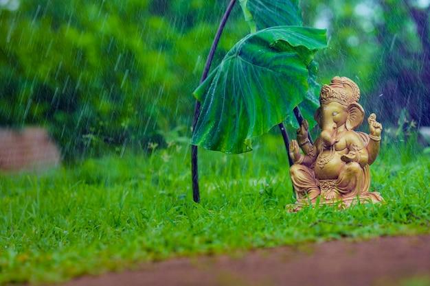Плеск воды на скульптуре лорда ганеши. отмечать фестиваль лорда ганеши.