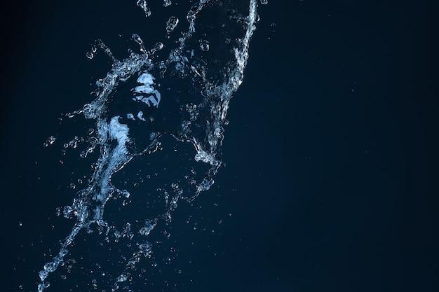 黒の背景にモーションブラー効果のある水のしぶき