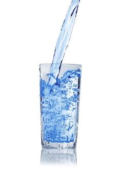 흰색 배경에 고립 된 유리에서 튀는 물