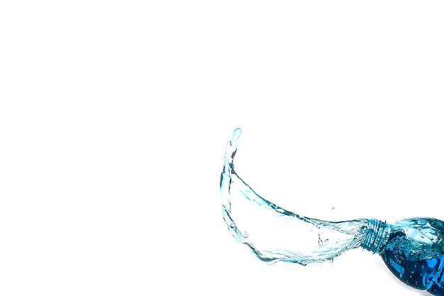 흰색 배경 위에 절연 물 튀는