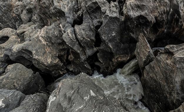 Носик воды выходит между скальных образований