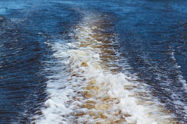 スピードボートのクローズアップビューからの航跡の水スプレー
