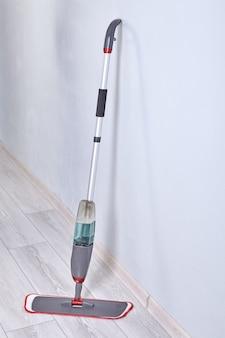 Интеграция бака для распыления воды со шваброй и спусковым крючком.