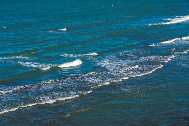 청록색 바다의 수면