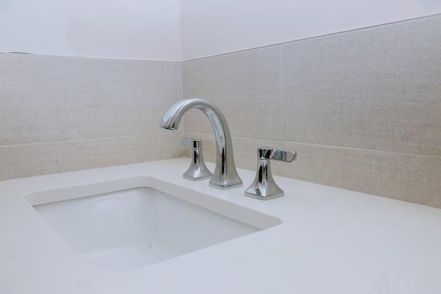 水道水、バスルームに取り付けられた新しいシンクの蛇口