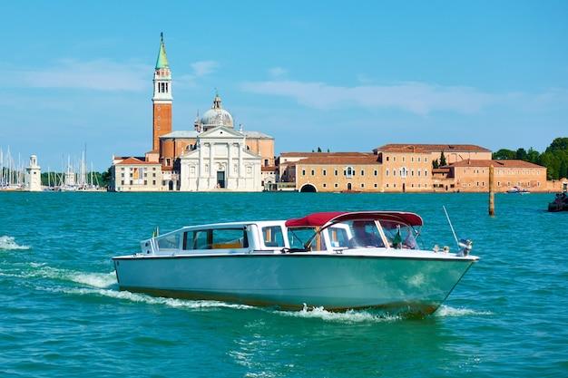 이탈리아 베니스의 수상택시. 산 조르지오 마조레와 모터보트, 도시 경관이 있는 베네치아 전망