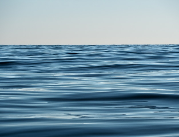 깊은 해군 색 바다 호수 또는 강 표면의 물 질감