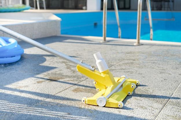 プールを掃除するための水掃除機