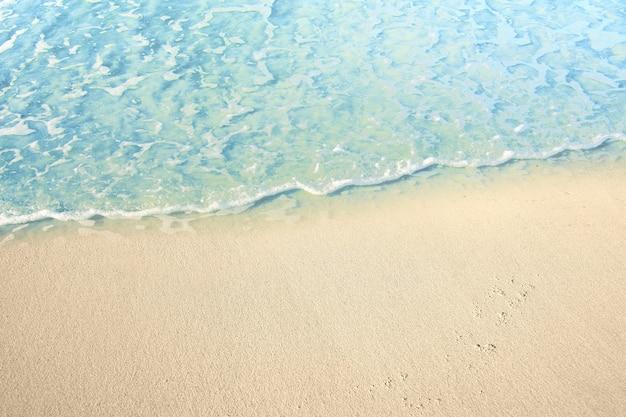 모래 해변에 물결