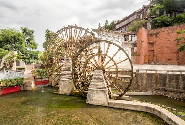 Водяные колеса в старом городе лицзян, юньнань, китай. Premium Фотографии