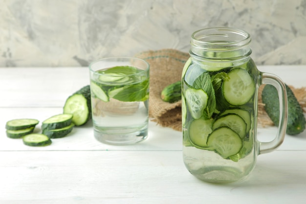 きゅうりと水。ガラスのコップにきゅうりを入れたさわやかなダイエット水。デトックスドリンクのコンセプト。