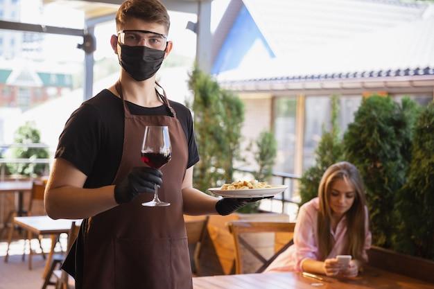 Вода работает с маской для лица в ресторане, вспышка коронавируса