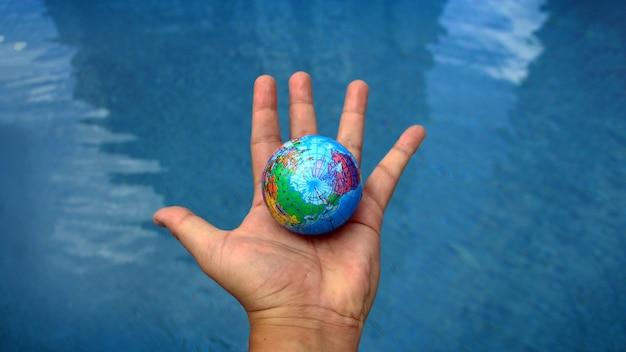 Водный мир на концепции человеческой руки с размером баннера