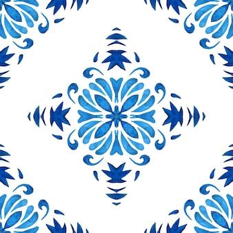 水彩ブルーのダマスク織のシームレスパターン、ルネッサンスタイルの飾り。フラワーブルーの抽象的な細線細工の背景。幾何学的なメダリオンイカット。ポルトガルとスペインのセラミックタイルに触発されました。